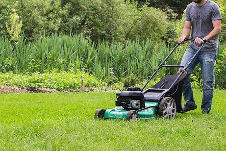 Taglio erba con rasaeraba