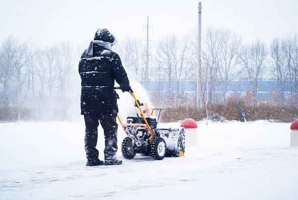 uomo con spazza neve