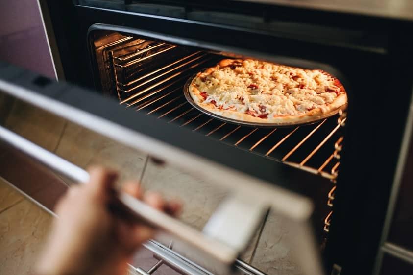 cucinare pizza nel forno domestico